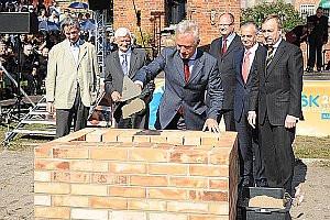 Wmurowywanie kamienia węgielnego. Od lewej: Renato Rizzi, Jan Kozłowski, Jerzy Limon, Paweł Adamowicz, Zbigniew Canowiecki i Bogdan Zdrojewski.