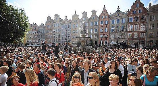 """Na Happening Szekspirowski """"Aktorzy przyjechali"""" w reżyserii Andrzeja Wajdy na Długim Targu wydano w sumie 10 tysięcy zaproszeń. Publiczność dopisała."""