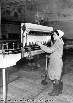 Chusta na głowie, strój roboczy i gumiaki na nogach, czyli typowe wyposażenie kobiet zatrudnionych w browarze w czasach PRL-u.