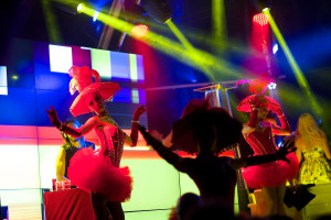Didżeja na scenie wspomagały tancerki oraz pokazy pirotechniczne - wybuchy ognia i dymu.