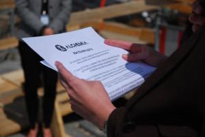 Odczytanie aktu nastąpiło w obecności wszystkich osób zaangażowanych w budowę obiektu.