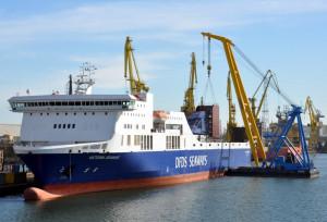 """W 2013 roku, płuczki zostały zainstalowane na trzech towarowych statkach typu ro-ro - """"Petunia Seaways"""", """"Magnolia Seaways"""" i """"Selandia Seaways"""". Kolejne statki tego armatora są wyposażane w scrubbery w 2014 roku. Na zdjęciu statek typu ro-pax - """"Victoria Seaways""""."""