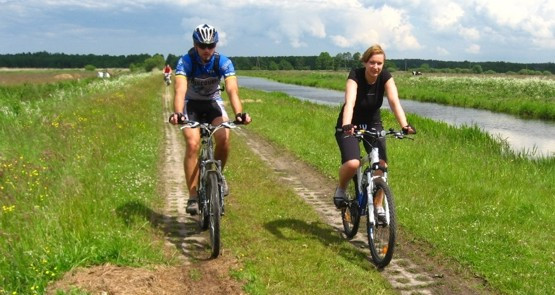 Szlak Słowińców jak najbardziej pokonać można rowerem, jednak nie polecamy go szosowcom.