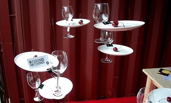 """Spinacz biurowy przerobiony na uchwyt do kieliszka na wino - między innymi takie przedmioty można zobaczyć na wystawie """"Design w Kontenerach""""."""