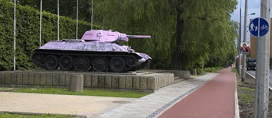 Czołg przy alei Zwycięstwa w Gdańsku pada co jakiś czas ofiarą wandali, którzy przemalowują go na wszystkie kolory tęczy. Miesiąc temu T-34 prezentował się na różowo.