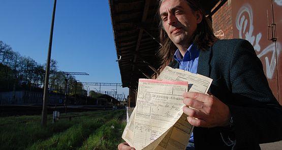 Grzegorz Fey prezentuje stare dokumenty kolejowe, m.in. listy przewozowe.