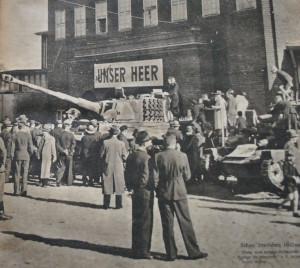 """Ekspozycja """"Tygrysa"""" i mniejszego, brytyjskiego czołgu Cruiser Mk 1. Fotografia wykonana przed halą wystawienniczą, znajdującą się na wysokości dzisiejszego schroniska młodzieżowego przy ul. Wałowej. Zdjęcie pochodzi z okładki czasopisma """"Soldat im Weichselland"""", numer z 1943 r."""