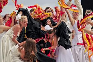 W spektaklu na uwagę zasługują sceny zbiorowe, ciekawie przygotowane choreograficznie. Jedną z najciekawszych, była symboliczna scena pożaru (na zdjęciu).