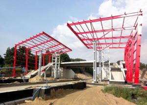 Czerwone wiaty, których szkielet widać na przystanku PKM Jasień, będą charakterystycznym elementem tej linii kolejowej. Jedynie przystanek PKM we Wrzeszczu  nie będzie nawiązywał do tej stylistyki.