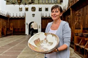 Renata Wiloch-Kozłowska wraz ze zrekonstruowaną misą.
