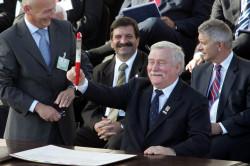 """W 2005 roku w  z okazji 25-lecia """"Solidarności"""" 29 sygnatariuszy, w tym 22 ówczesnych premierów i prezydentów kilkunastu państw podpisało akt erekcyjny ECS. Lech Wałęsa podpisał dokument wielkim czerwonym długopisem zwizerunkiem Jana Pawła II. Takim samym jak ten, którym podpisywał w1980 roku Porozumienia Sierpniowe."""