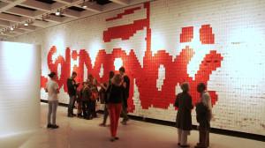 W ostatniej sali wystawy stałej na jednej ze ścian znajdziemy tysiące karteczek, na których zapisać można własne impresje na temat Solidarności, ECS-u czy wystawy. W przyszłości każdy bilet będzie biały lub czerwony, by można było go dołączyć do kolekcji i mieć swój mały wkład w tę ekspozycję.