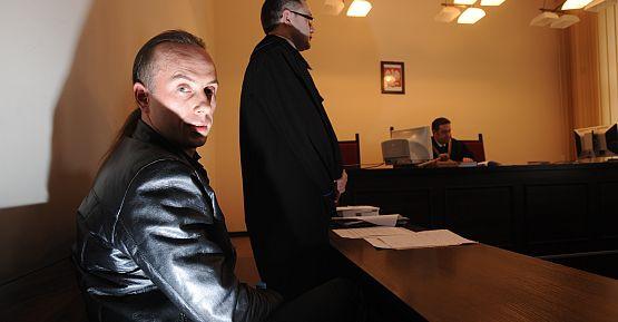 Adam Darski podczas procesu w gdańskim sądzie.