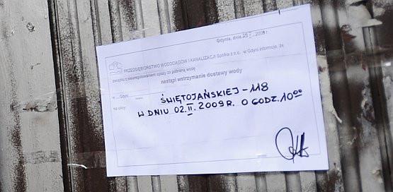 Czy w środę, 4 lutego, mieszkańcy i najemcy kamienicy przy ul. Świętojańskiej stracą dostęp do bieżącej wody?  Stanie się tak, jeśli właścicielka kamienicy nie spłaci zaległych rachunków na kwotę 10 tys zł.