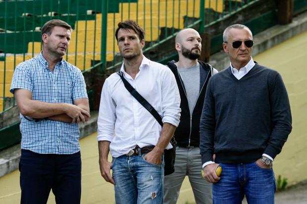 Roger Wittmann (z prawej) piłkarzy, których rekomendował do Gdańska, obserwował na jednym treningu w towarzystwie m.in. Andrzeja Juskowiaka i Yannicka Obenauera (w środku), który pomaga Lechii w przygotowaniu motorycznym.