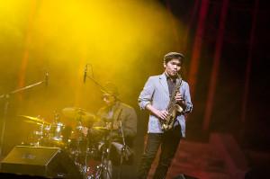 Wśród muzyków towarzyszących Gregoremu Porterowi szczególnie wyróżniał się saksofonista Yosuke Sato, który przeplatał nastrojowe fragmenty wokalne brawurowymi, zadziornymi solówkami.
