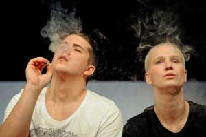 """On (Jeremiasz Gzyl) i Ona (Renia Gosławska) to najlepszy duet spektaklu """"Piaskownica""""."""