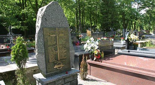 Nazwiska ofiar morskiej tragedii sprzed 16 lat zostały umieszczone na nagrobku, który znajduje się na cmentarzu na gdyńskim Witominie.