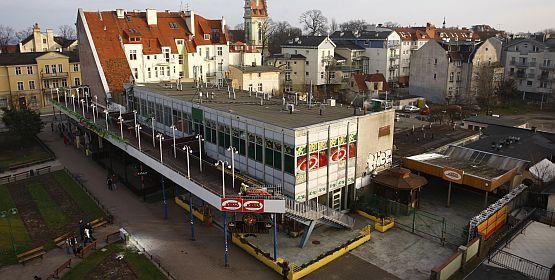 PRL-owska Alga kontrastuje z Centrum Haffnera, czyli nowoczesnym obliczem Sopotu.