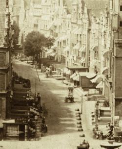 Fotografia Flottwella z 1854 roku, ul. Długa jeszcze z przedprożami.