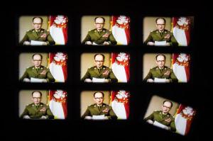 Ściana monitorów dotycząca ogłoszenia stanu wojennego.