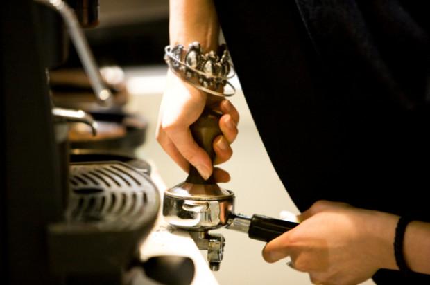 Picie kawy jest ściśle związane z włoską kulturą i stylem życia. Aby przenieść ten rytuał do naszych domów, warto zainwestować w odpowiedni ekspres.
