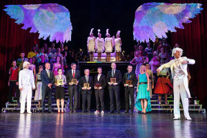 """Laureaci """"Skrzydeł Trójmiasta"""" wraz z przedstawicielami Portalu Trojmiasto.pl Michałem Kaczorowskim i Agnieszką Bombą, w otoczeniu artystów Teatru Muzycznego w Gdyni."""