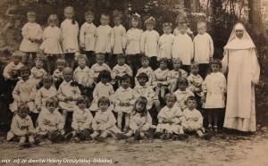 Siostra Aniela i dzieci z oliwskiej ochronki.