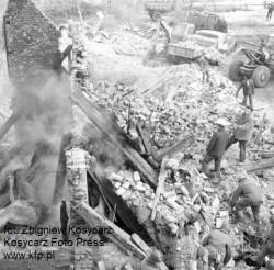 W wyniku eksplozji zawalił się dwupiętrowy budynek, z którego zostały jedynie zgliszcza.