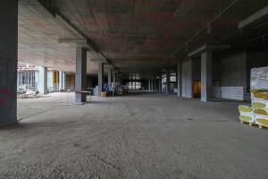 Rezerwa pod Drogę Czerwoną wewnątrz obiektu. Do czasu jej realizacji, urządzone zostaną tutaj dodatkowe miejsca parkingowe.