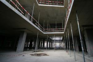 Widok z poziomu -1 na miejsce, gdzie znajdować się będą schody ruchome, łączące poszczególnie kondygnacje obiektu.