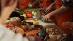 Piękne kolory, intensywne zapachy i różnorodność produktów wyprowadza z błędnego myślenia, jakoby kuchnia wegetariańska była nudna i przewidywalna.