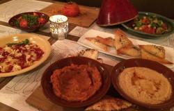 Efekt końcowy wspólnej pracy: pasty warzywne, hummus, pierożki koka w cieście filo, sałatki, pomidor nadziewany kuskusem i warzywami i marokański tajin.