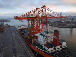 """Suwnice od prawie dwóch miesięcy płynęły do Polski na pokładzie specjalistycznego statku """"Zhen Hua 8""""."""