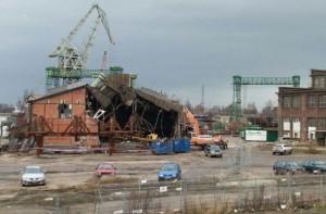 Rozbiórkę hali rurowni rozpoczęto ostatecznie w sobotę. Kilkaset metrów dalej trwały w tym czasie obchody 33. rocznicy wprowadzenia stanu wojennego.