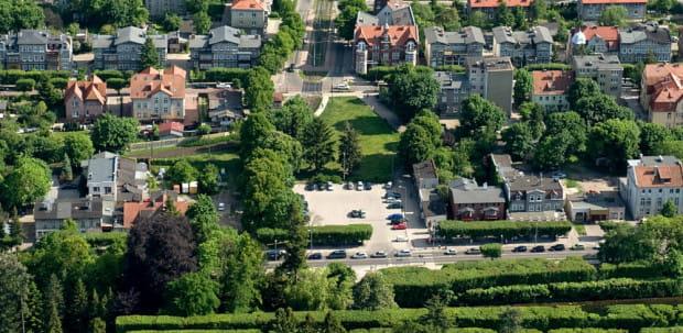 Plac Inwalidów Wojennych znajduje się w centralnej części Oliwy, między wejściem do Parku Oliwskiego a pobliskim przystankiem tramwajowym.