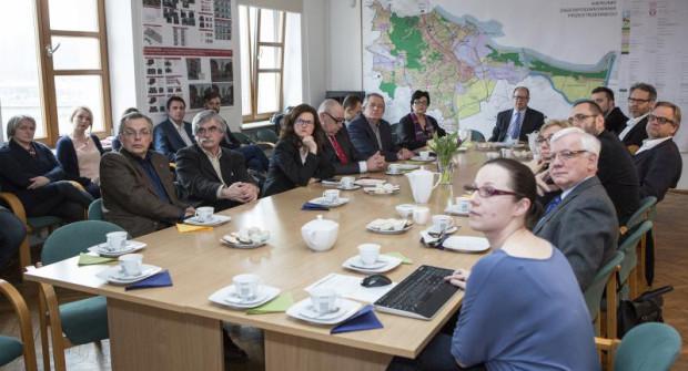 Skład członków rady studium został z góry określony przez urzędników. Zasiadają w niej tylko dwie osoby, reprezentujące stronę społeczną.