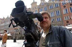 Takich kamer używa się dziś. Na zdjęciu operator TVP Gdańsk Ireneusz Ciecierski na Długim Targu w Gdańsku.