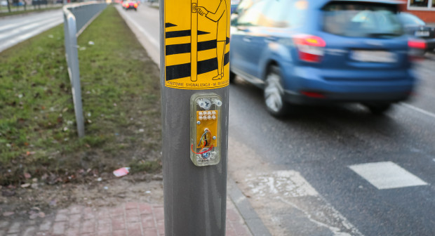 Przyciski nie dość, że wymagają od pieszego proszenia o światło zielone oraz długiego oczekiwania na nie, często są dewastowane. W efekcie pieszy, by pokonać ulicę, musi przejść na czerwonym świetle.