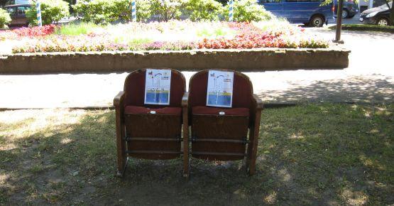 Takie krzesła, jak te przed Urzędem Miasta Sopot, można zobaczyć w 27 punktach Sopotu. Wszystkie posiadają prowizoryczną mapkę z lokalizacją Sceny Kameralnej w Sopocie.
