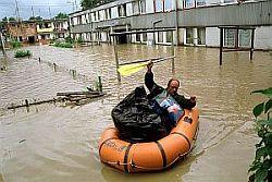 W 2001 roku najbardziej ucierpiała położona najniżej dzielnica Gdańska - Orunia. Na zdjęciu mężczyzna, ratujący swój dobytek na zalanej wodą ul. Równej.