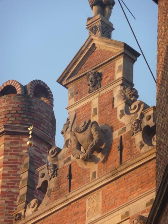 Podczas kapitalnego remontu Zespołu Przedbramia, który przeprowadzono w pierwszych latach XXI wieku, zrekonstruowano wiele detali, np. pozłacane herby Gdańska wieńczące sterczyny.