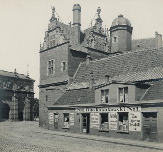 To samo miejsce co na zdjęciu powyżej. Stan z 1904 roku. Widoczny na zdjęciu sklep tytoniowy Otto Kosakowskiego mieścił się w budynku dawnego odwachu, którego nie odbudowano po II wojnie światowej.