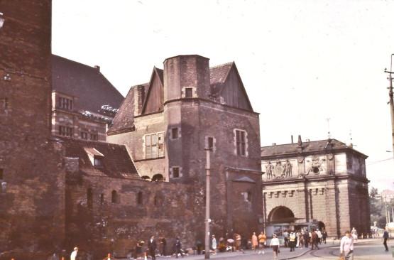 To zdjęcie dobitnie pokazuje, ile trudu włożyli polscy konserwatorzy w rekonstrukcję zrujnowanej Katowni. Zdjęcie pochodzi z końca lat 60.