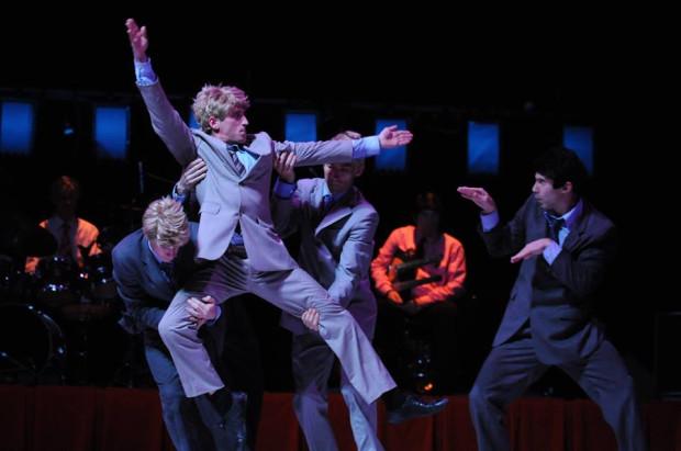 """W opozycji do """"You"""" pokazany zostanie pełen energii, żywiołowości, fizyczny """"DéBaTailles"""" francuskiej Compagnie Propos w choreografii Denisa Plassarda. Spektakl zobaczyć można 12 czerwca."""