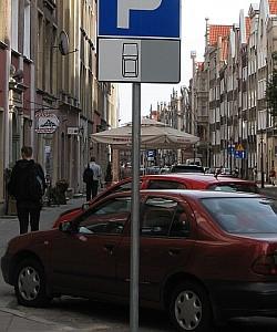 Parkowanie powinno być równoległe do krawędzi jezdni, a nie skośne.