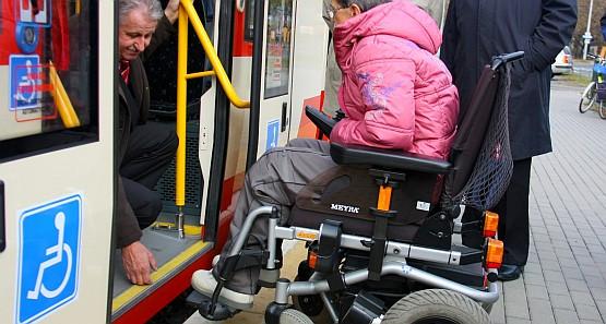 Niska podłoga ułatwia wsiadanie osobom niepełnosprawnym, jednak wnętrze tramwaju nie jest odpowiednio przystosowane dla takiej osoby.