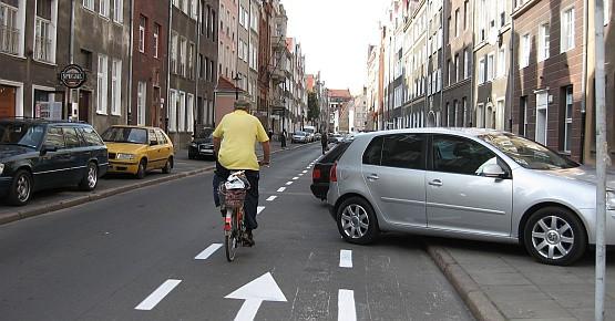 Kierowcy aut parkujący na Ogarnej  tak je ustawiają, że  blokują utworzony pas dla rowerzystów.