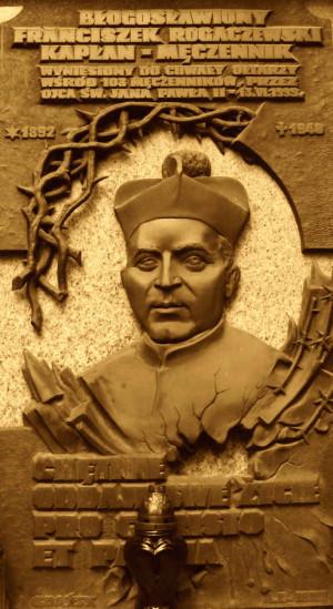 Tablica poświęcona ks. Franciszkowi Rogaczewskiemu.