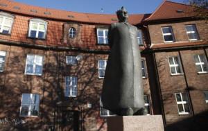 Pomnik ks. Bronisława Komorowskiego stoi na placu jego imienia we Wrzeszczu, niedaleko kościoła pw. św. Stanisława, gdzie był proboszczem.